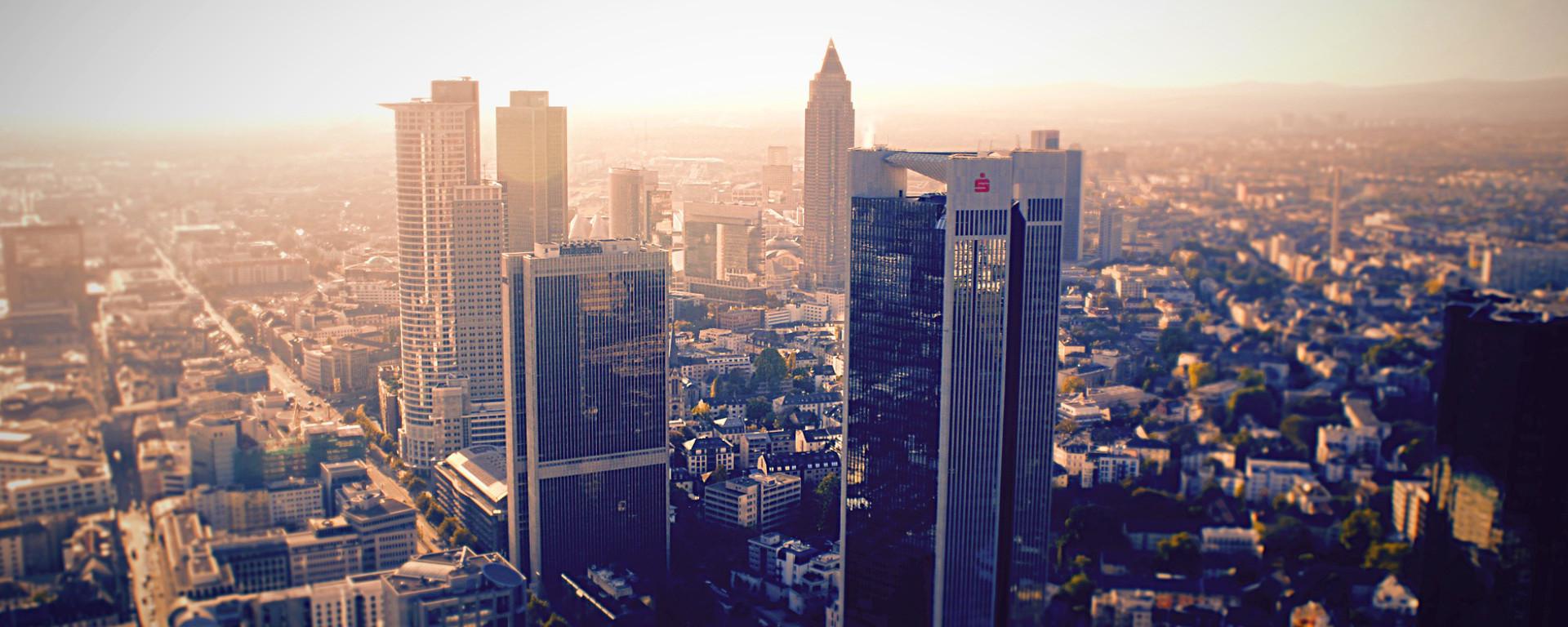 Genießen Sie in der Rooftop-Sauna & Wellness-Oase des SAVOY Hotel Frankfurt die Skyline der Mainmetropole.Blick auf