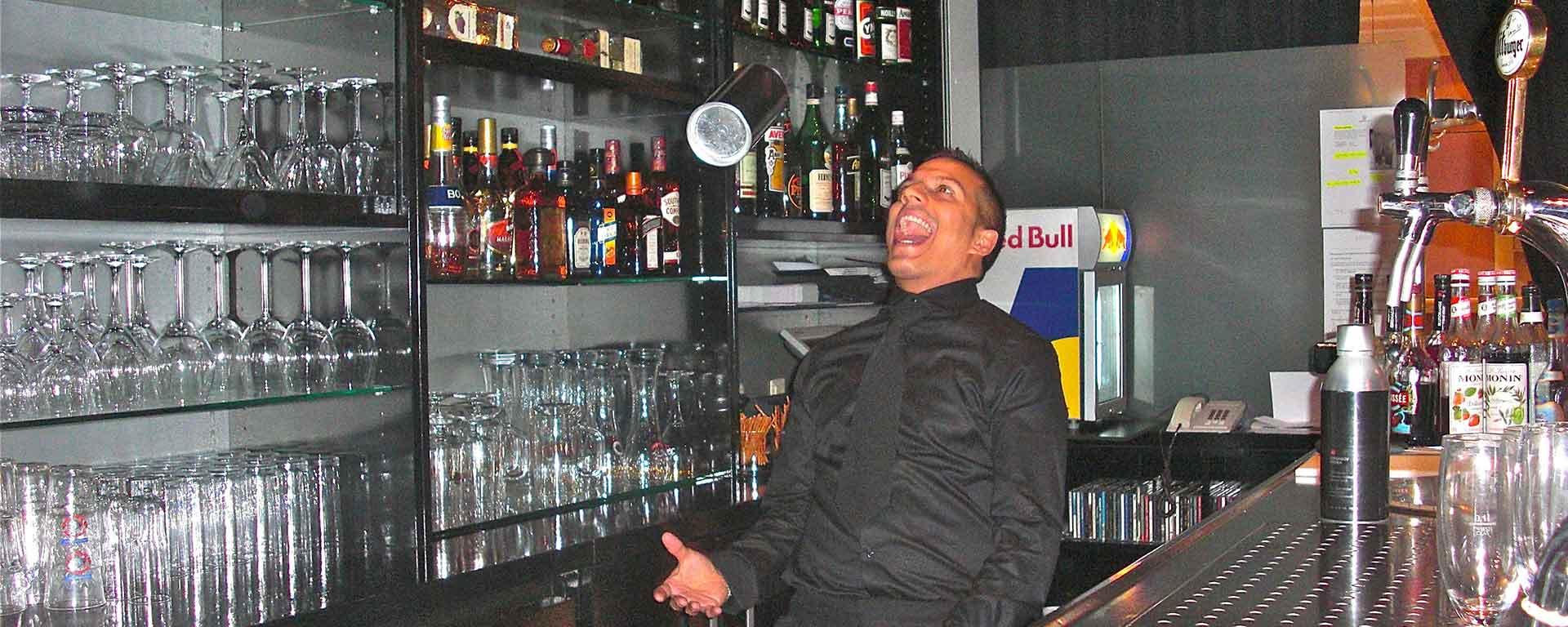 Die SAVOY HOTEL PIANO BAR Frankfurt-Mitte: Unser Bartender / Barista mixt Ihnen Ihr Wunch-Cocktail