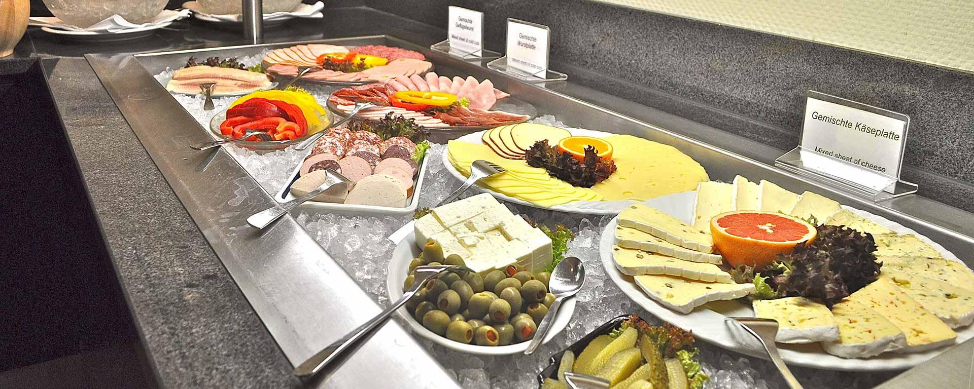 Frühstücks-Buffet im Restaurant & Bar PIANO im SAVOY Hotel Frankfurt: Zimmer mit Frühstück,  B&B, Bed and Breakfast
